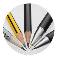 Verschiedene Arten von Bleistiften liegen mit der Spitze aufeinander zulaufend nebeneinander