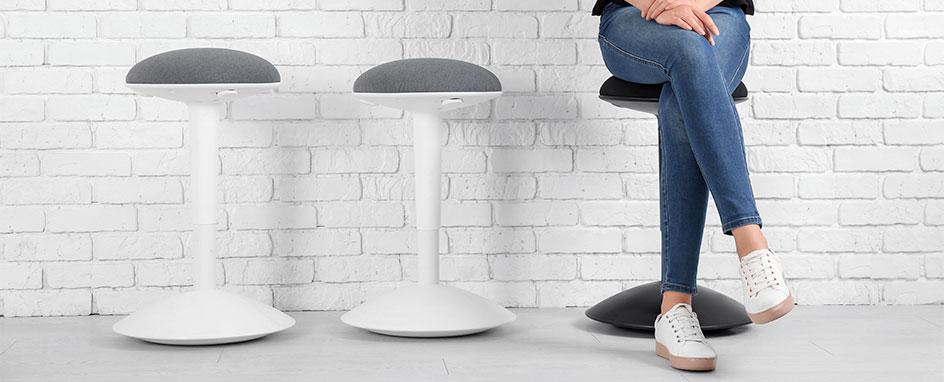 Drei Arbeitshocker als Sitzmöglichkeit