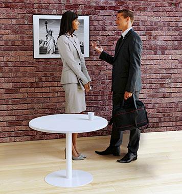 Meeting an einem kleinen, runden Beistelltisch