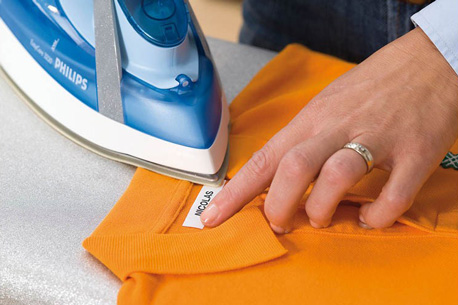 Textil-Beschriftungsband von dymo wird Aufgebügelt