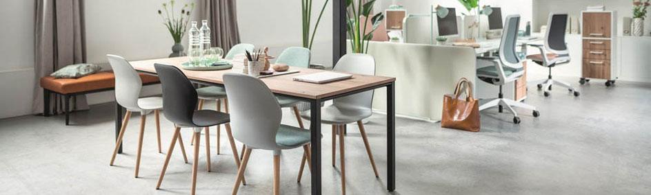 Besucher und Pausen- oder Besprechungssitzgruppe in modernem Großraumbüro