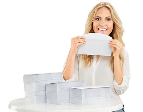 Frau leckt an einem Briefumschlag