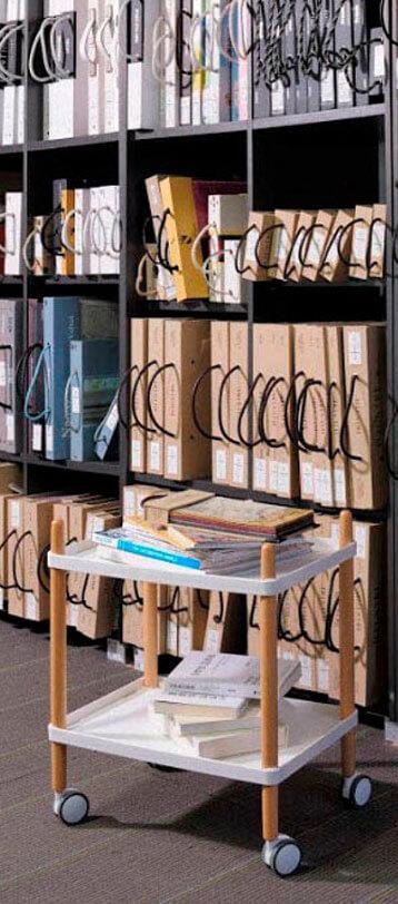 Bürowagen in einem Archiv