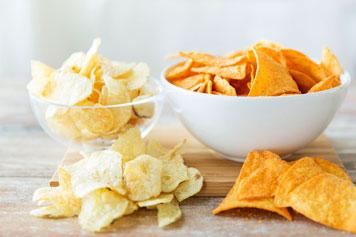 Zwei Arten Chips in Schüsseln
