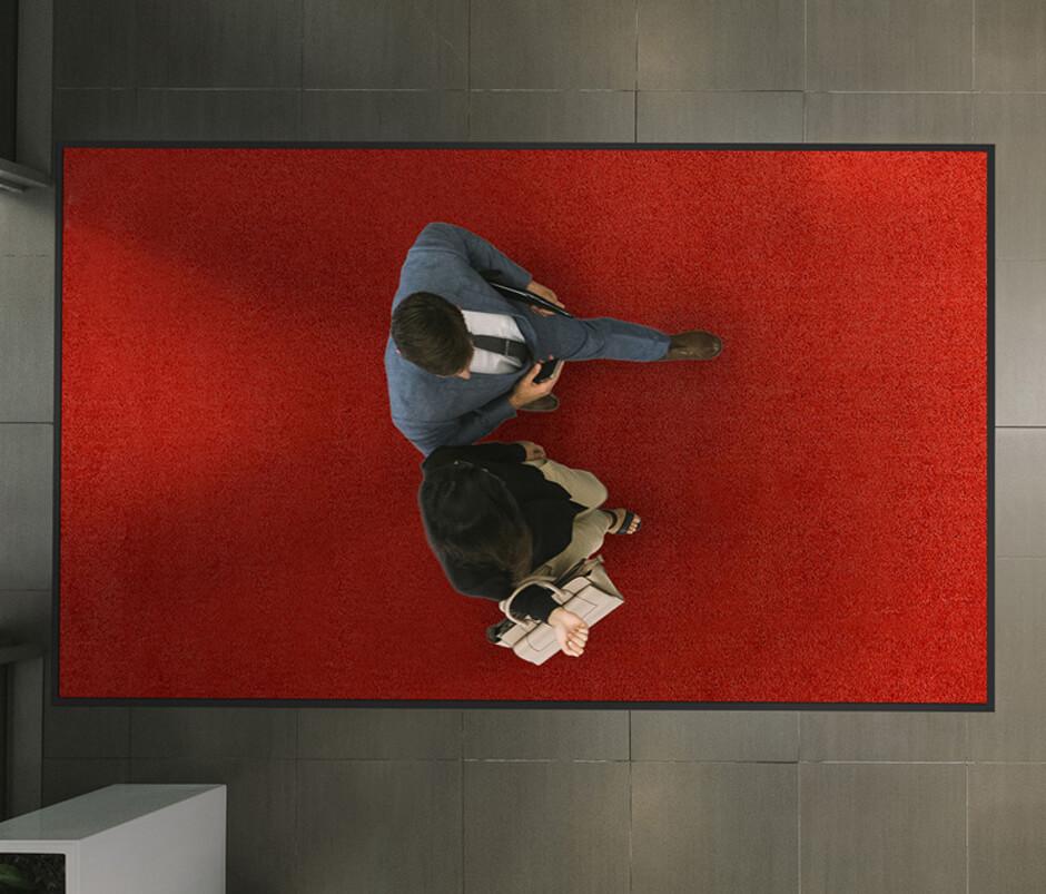 Draufsicht auf rote Schmutzfangmatte im Eingangsbereich