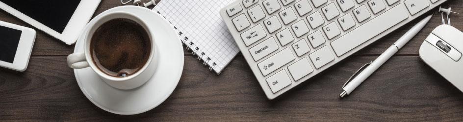 Kaffeetasse auf Schreibtisch