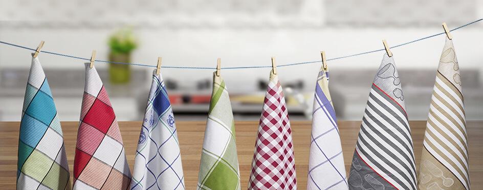 Geschirrhandtücher an Wäschleine in einer Küche