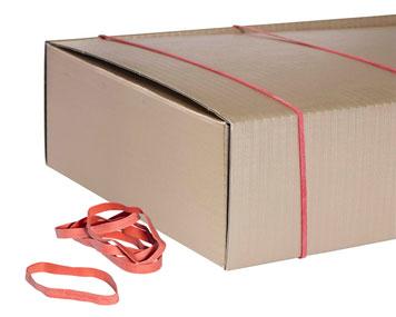 Zwei starke Gummibänder verschließen einen Karton und weitere liegen davor