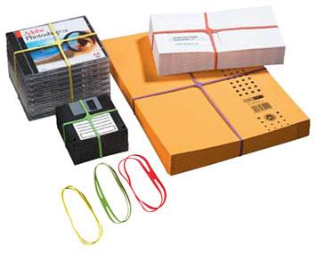 Verschiedenfarbige Kreuzgummibänder bündeln verschiedene Büroutensilien wie CDs, Briefe usw.