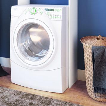 Waschmaschine und Wäschekorb