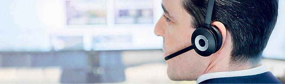 Mann mit Headset im Büro