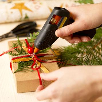 Geschenk dekorieren mit einer Heißklebepistole