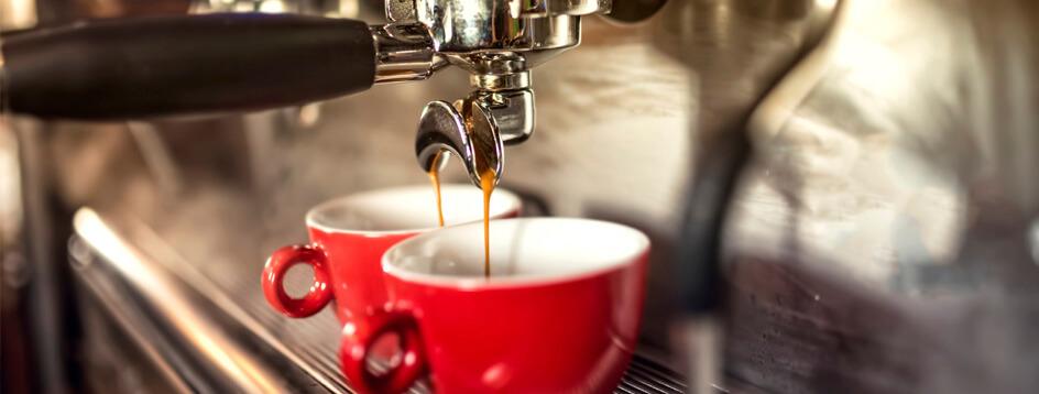 Junge Frau genießt glücklich ihren Kaffee