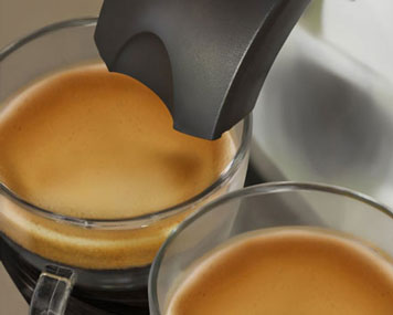 Padmaschine bereitet zwei Kaffee