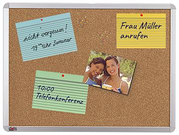 Pinnwand aus Kork mit meheren Karteikarten als Gedächnisstützte
