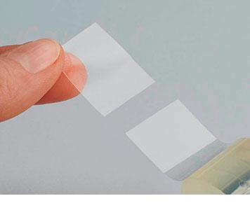 Klebefilm wird von Finger abgerollt
