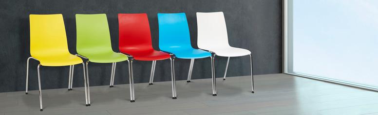 farbige Konferenzstühle in einer Reihe stehend