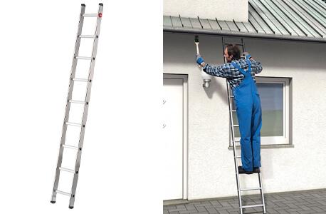 Abbildung einer Anlegeleiter auf der linken Seite und auf der rechten Seite in Anwendung: Ein Hanadwerker bei Renovierungsarbeiten am Haus
