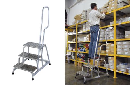 Abbildung eines Montagetrittes auf der linken Seite und auf der rechten Seite in Anwendung: Ein Mann räumt ein Lagerregal ein