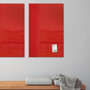 Zwei rote Magnettafeln in einem Bereitschaftsraum
