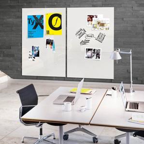Zwei große weiße Glasmagnettafeln hängen an einer anthrazitfarbenen Wand in einem modernen Büro