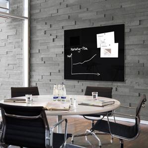 Schwarze Glasmagnettafel hängt in einem Konferenzraum