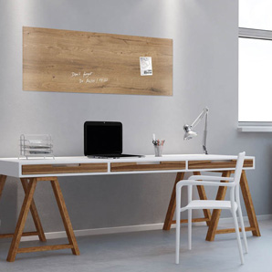 Glaßmagnettafel in Holzoptik über einem Schreibtisch hängend