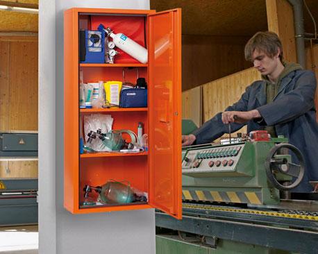 orangefarbener Medizinschrank in einer Werkstatt