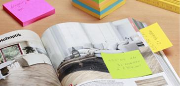 Farbige Notizzettel als Lesezeichen in einem Magazin