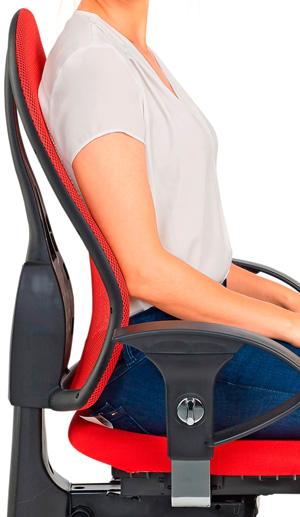 Ein Rücken liegt an der Rückenlehne eines Bürostuhls