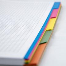 Ein Collegeblock mit buntem Register