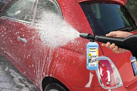 Reinigung eines Autos von außen mit Autoshampoo
