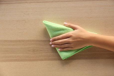 Reinigung einer Holzoberfläche