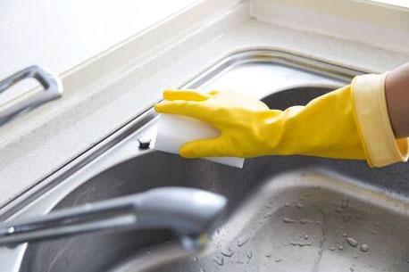 Reinigung einer Edelstahl-Spüle