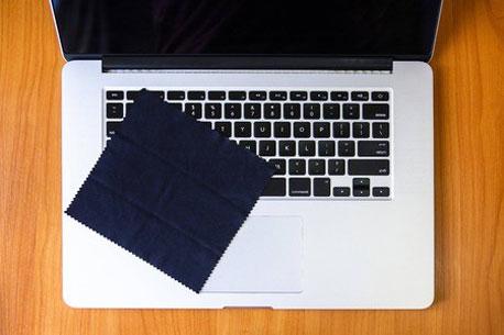 Laptop mit einem Mikrofasertuch reinigen