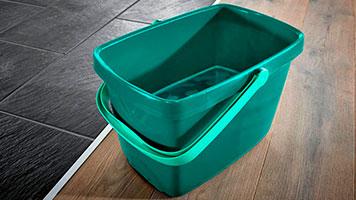 Ein mit Wasser gefüllter Putzeimer