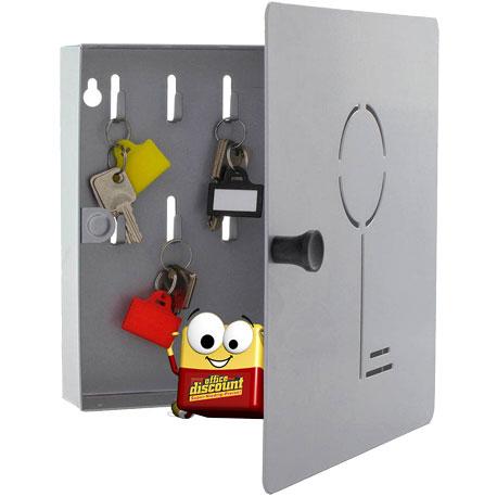 Odi hängt einen Schlüssel in einen Schlüsselkasten