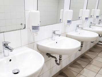 Waschraum mit Waschbecken und Seifenspendern