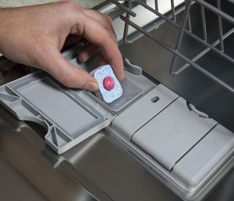 Anwendung eines Spülmaschinentabs