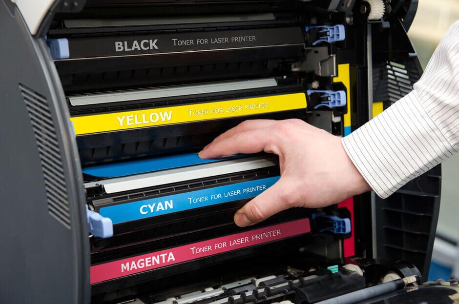 Toner eines Laserdruckers wird ausgetauscht