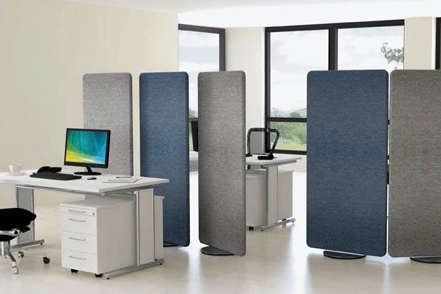 Textiltrennwände in den Farben Blau und Grau teilen ein Büro auf