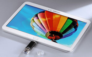 Tablet in dem ein USB-Stick steckt