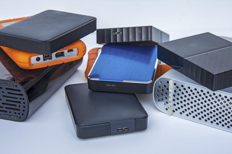 Verschiedene externe Festplatten auf einem Haufen