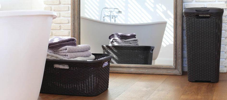 Wäschekorb-Set von Curver, bestehend aus Truhe und Korb, steht in einem Badezimmer