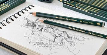 Zeichenblock mit Zeichnung und Stiften darauf