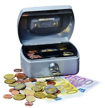 Geldkassette mit Münzen und Geldscheinen