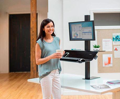 Ergonomischer Arbeitsplatz mit Monitorhalterung